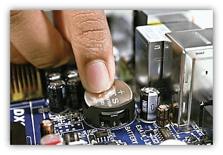 Установка новой батарейки на материнскую плату